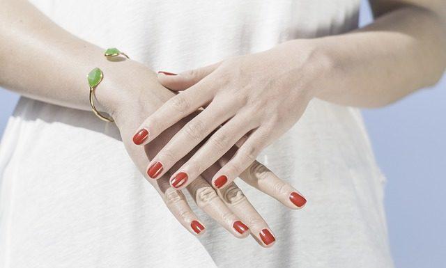 jak ściągnąć żel z paznokci