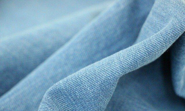 Sukienka jeansowa - do czego pasuje?