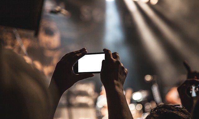 robienie zdjęć na koncercie